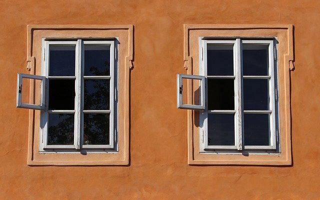Cómo colocar cerrojos de bisagra para puertas